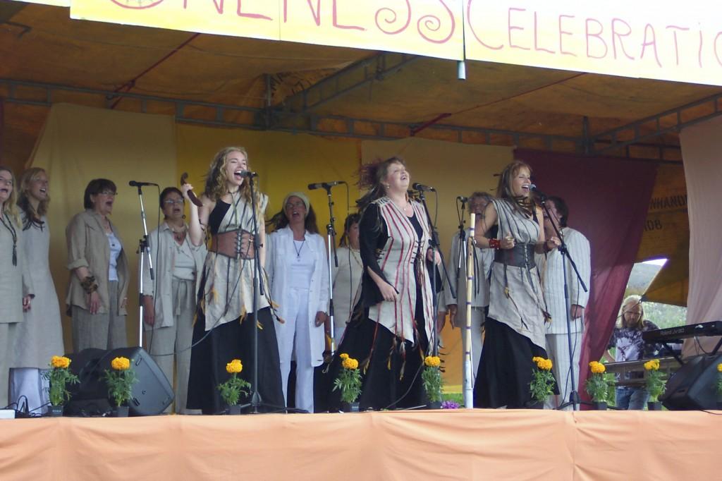 Malou sjunger HOYA-låtar, med Hanna Wanngård och Tessan Andersson och kören på ONENESS 2004
