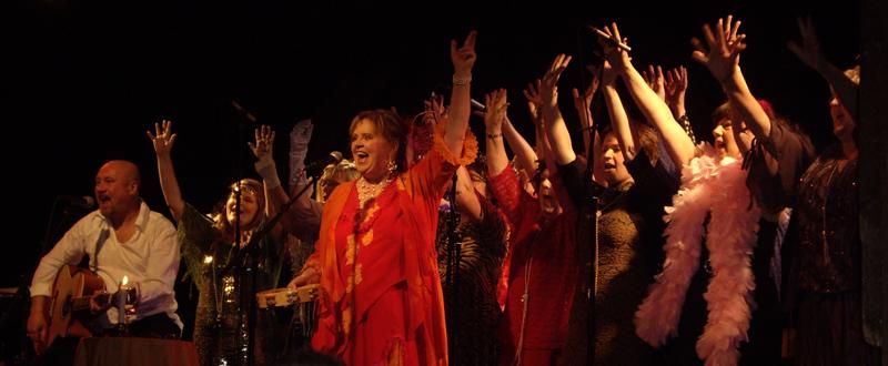 Armarna uppåt sträck! Malou & The Jazpels; JörgenAnderstig och Arnold Rodriguez. Tillsammans med kören AmaOna på Katalin i Uppsala