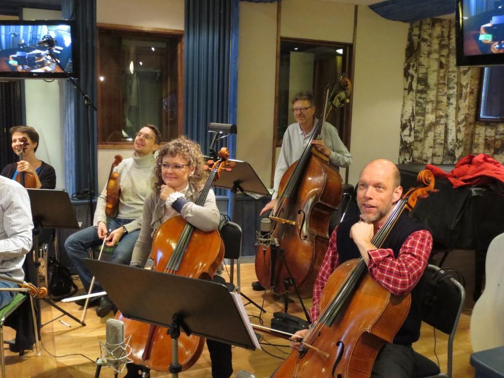 Stråkensemblen har kommit till Nilento Studios, de har plockat upp instrumenten och stämt dem.