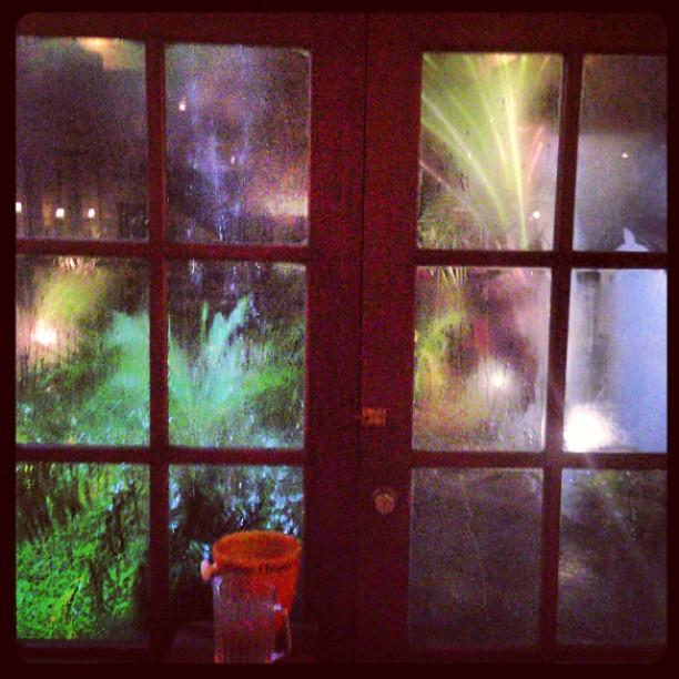 Det dundrade till och sen öppnade sig himlen, blixtarna ljungade och skyfall följde i dess spår.