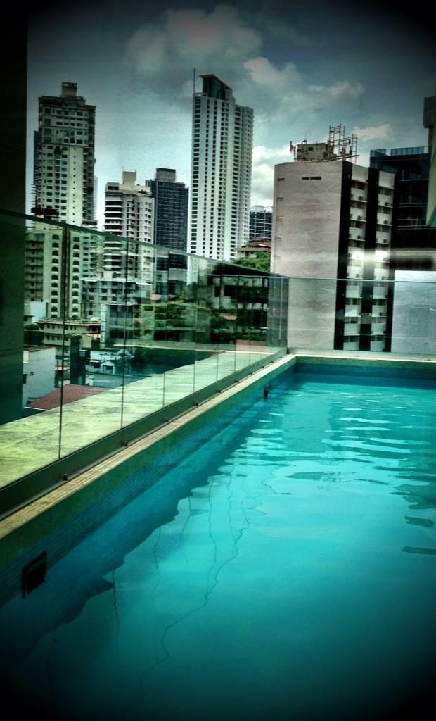 Poolen mitt uppe i luften, kantad av höghus. i Panama!