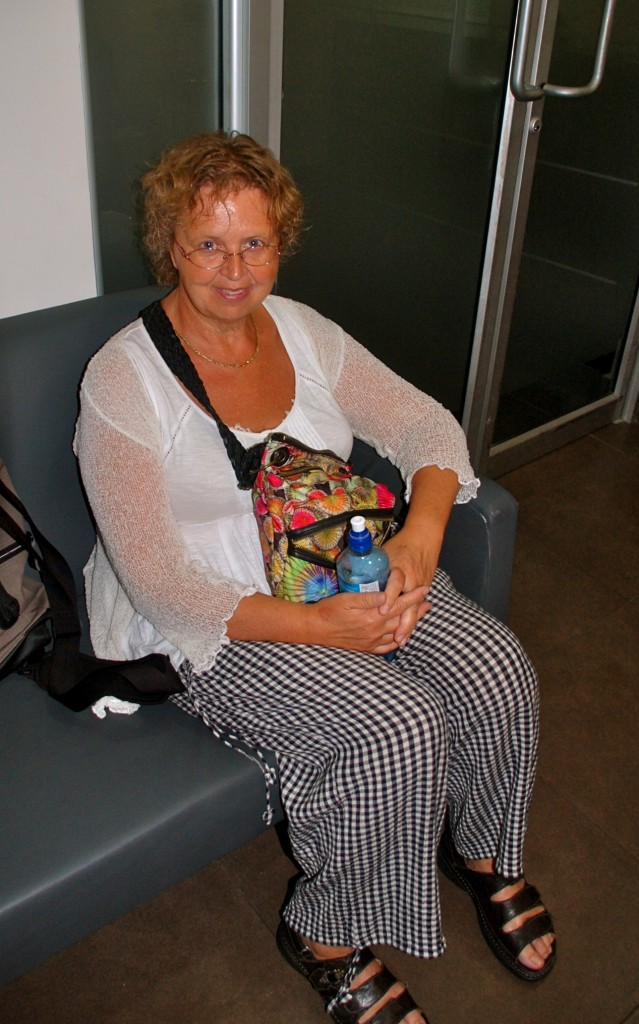 och här sitter jag i väntrummet på Stem Cell Institute och väntar på att få komma in och få min första stamcells-injektion i armen