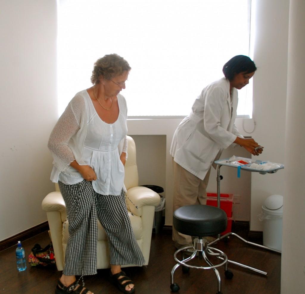 Slå dig ner i stolen sa Tamara. Hon la fram allt som skulle användas. Läkaren skulle ha med sig stamcells-sprutan.