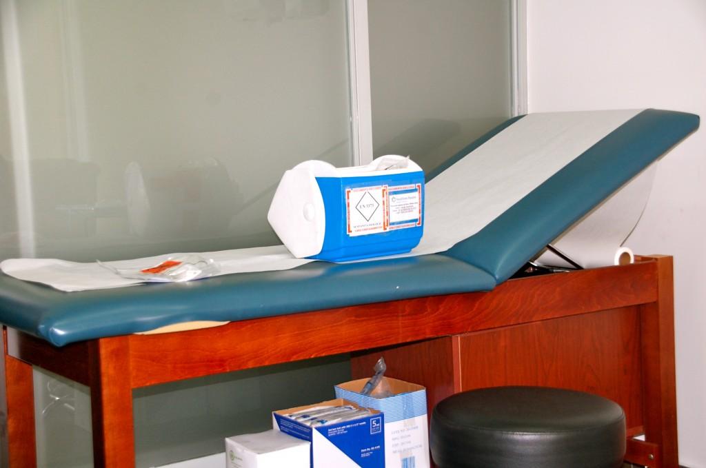 Samtidigt som jag steg in i behandlingsrummet, kom väskan till kliniken. Däri var leveransen från labbet, med mina stamcellssprutor.