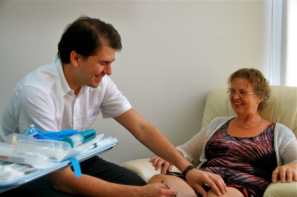 Dr Hernadez undersöker mina knän, för att hitta ingångsstället för sprutan