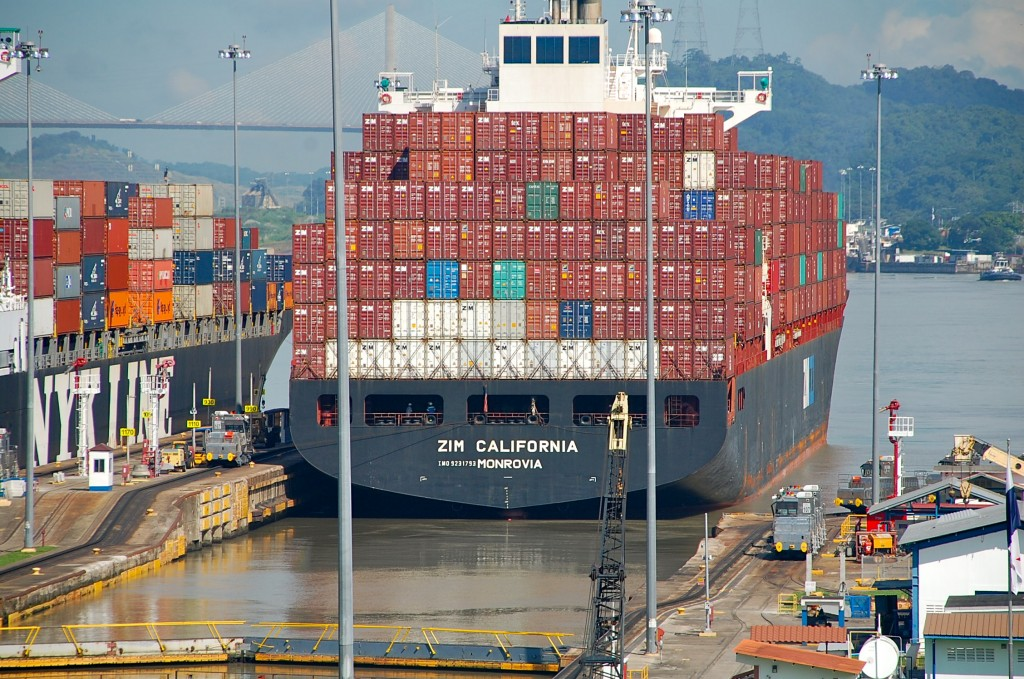 Är man tungt lastad, så är det klart att det gäller på.. containerbåt passerar sluss i Panamakanalen