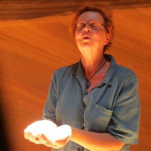 Malou fångar en ljusstråle i Antelope Canyon kopia